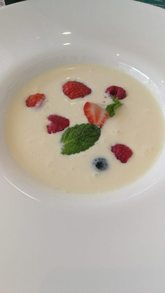 sopa de chocolate blanco con frutos rojos y menta