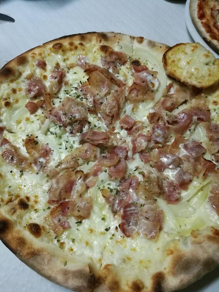 Pizza bianca con nata, cebolla y york